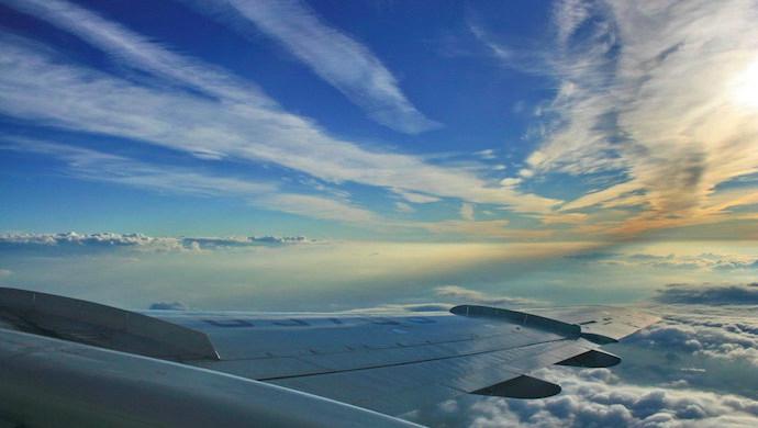 飛行機から眺める空