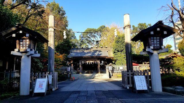 神明社の参道と拝殿