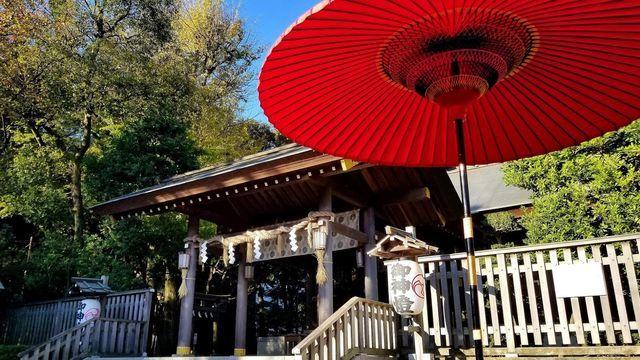 神明社の拝殿と和傘