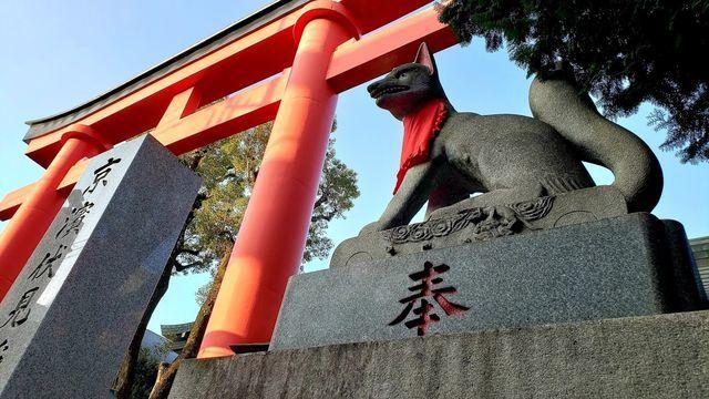 京浜伏見稲荷神社の鳥居と稲荷像