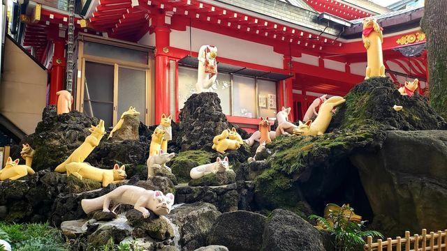 京浜伏見稲荷神社の境内の神狐