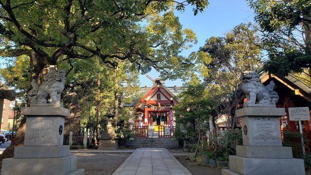 徳持神社の社殿と狛犬