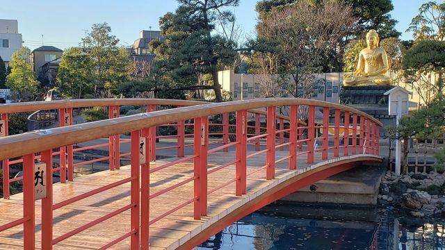 川崎大師の釈尊像とやすらぎの橋
