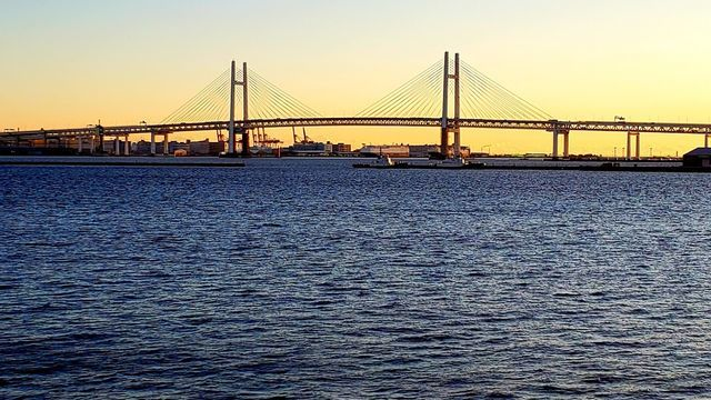 大さん橋国際客船ターミナルのデッキからベイブリッジを望む