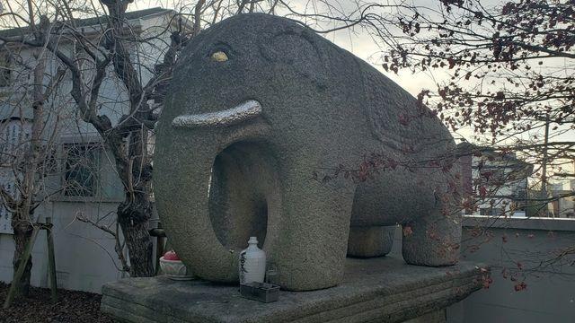 善養密寺の駐車場付近の石像