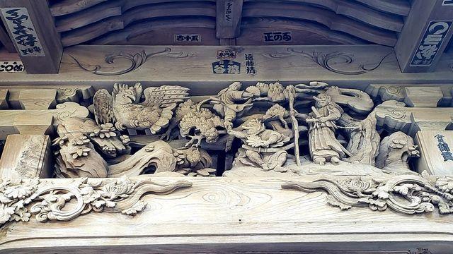 大瀬神社の拝殿の天狗の彫刻