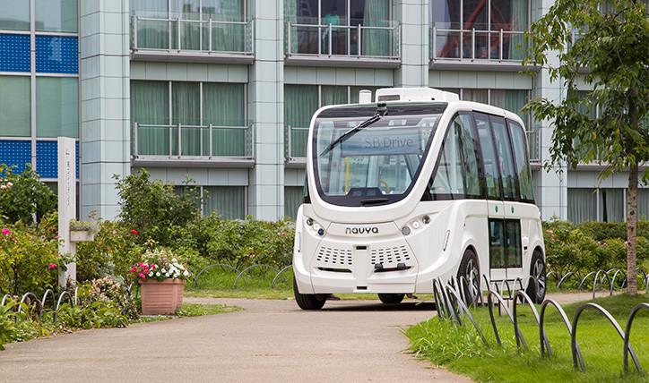 会場内を走行する自動運転バス「NAVYA ARMA」(仏Navya製)