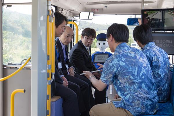 沖縄で行われた実証実験の様子。関係者に自動運転の安全性や利点を紹介。車内にはPepperが案内役を務めていた。