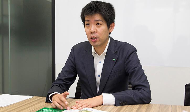 西原商会の事業内容を説明する新村氏