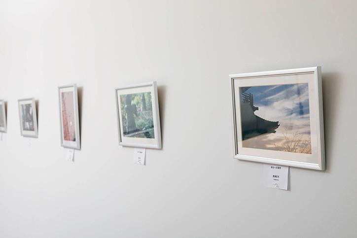 登山や写真など同好会によるメンバーどうしの交流も盛ん。手前の写真は真瀬氏の作品。