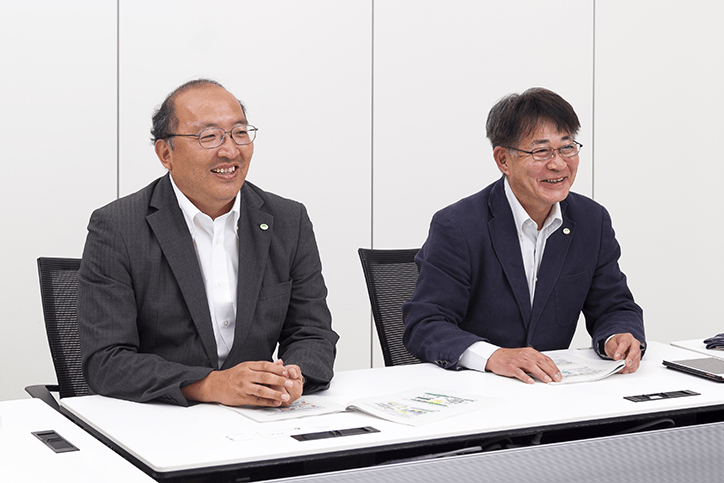 金融事業でのPepper活用について語る曽谷氏と内村氏