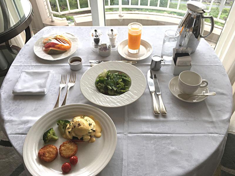 ルームサービスの朝食, エッグベネディクト