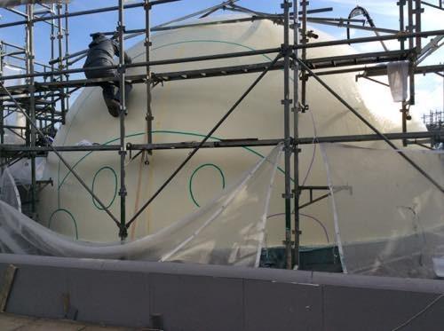 ドームハウスに壁画制作中
