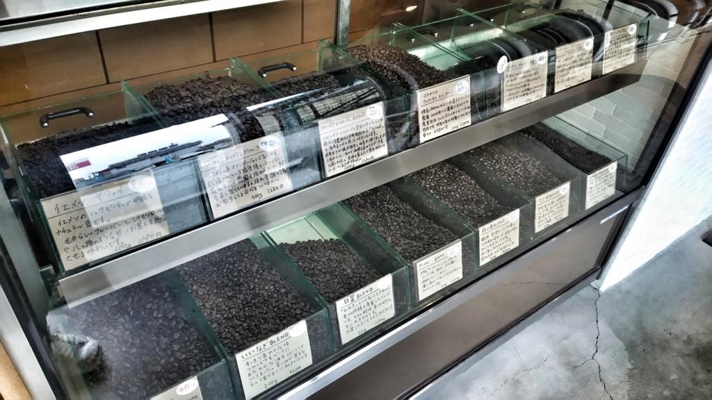 二三味コーヒーの店内にあるコーヒー豆のショーケース