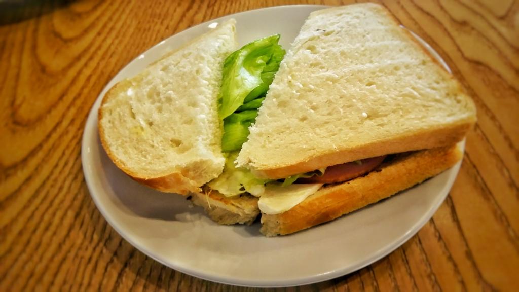 二三味コーヒーの軽食のサンドイッチ、ハムクリームチーズサンド