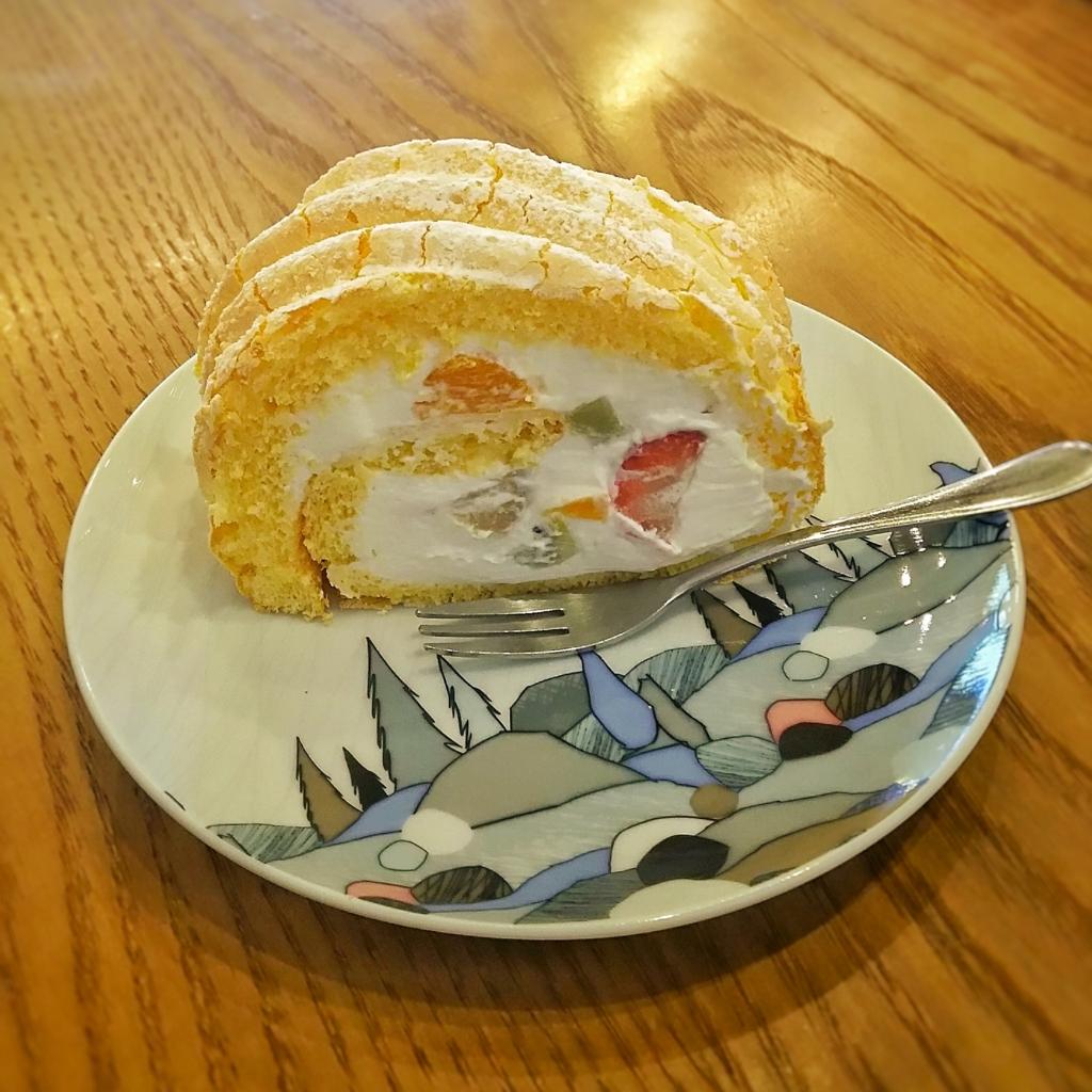 二三味コーヒーのフルーツロールケーキ