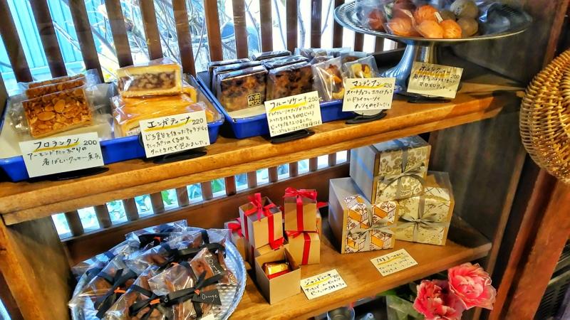 金沢小町の店内にあるパンのショーケース