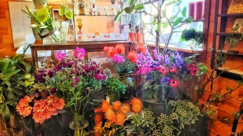 金沢小町の店内にあるカラフルな花