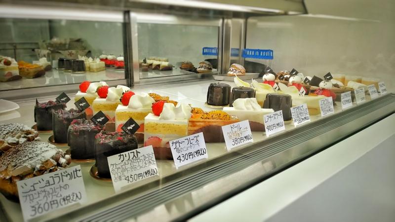 ELPASOの入り口にあるケーキが並ぶショーケース