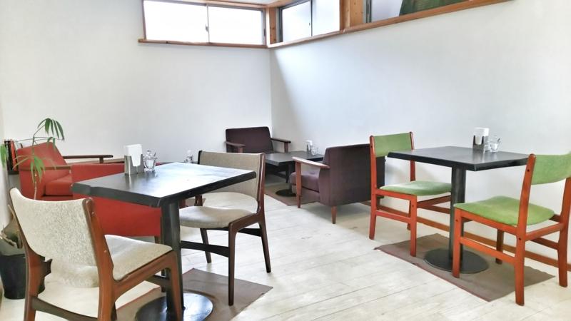 ELPASOの2階にある白を基調とした落ち着くカフェスペース