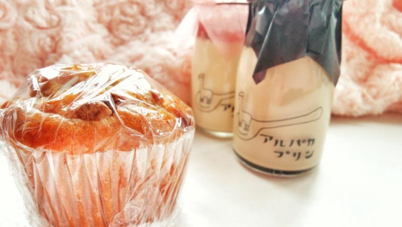 とやまベーカリーマルシェのAlpaca Coffeeのキャラメルナッツマフィンと苺とコーヒーのプリン