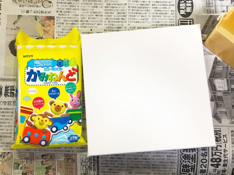 紙粘土、キャンバス、水