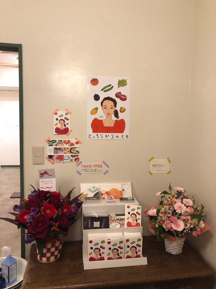 右のピンクが「99人の壁」の壁友からのお花、左の赤が「アタック25」友からのお花