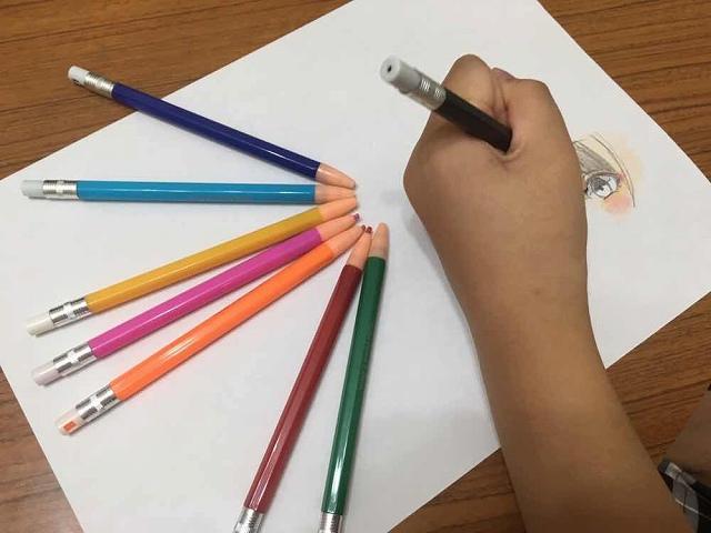 初めてのノック式色鉛筆