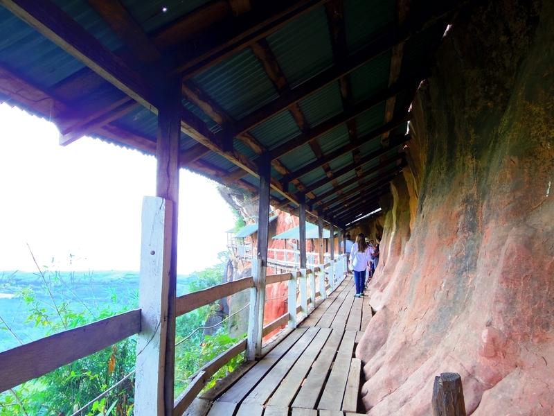 wat phu tokの崖にあるスリル満点な歩道