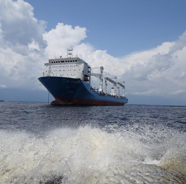 アマゾン川に浮かぶコンテナ船