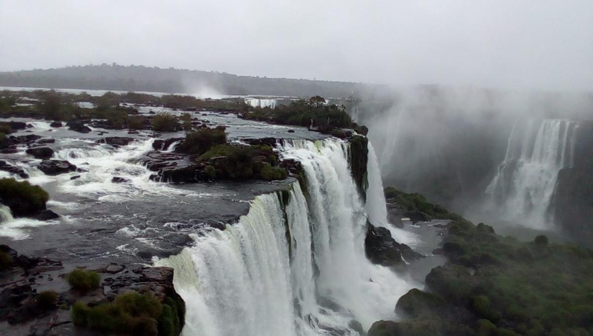 ブラジル側から見たイグアスの滝。ベストシーズンでなくてもこの水量。