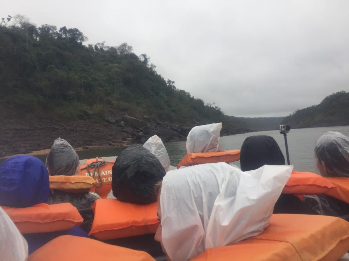 ボートでイグアスの滝に突っ込むアクティビティ