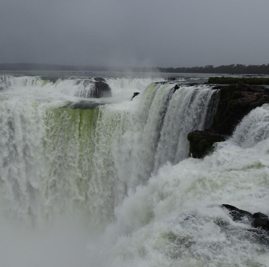アルゼンチン側からみたイグアスの滝。通称「悪魔の喉笛」