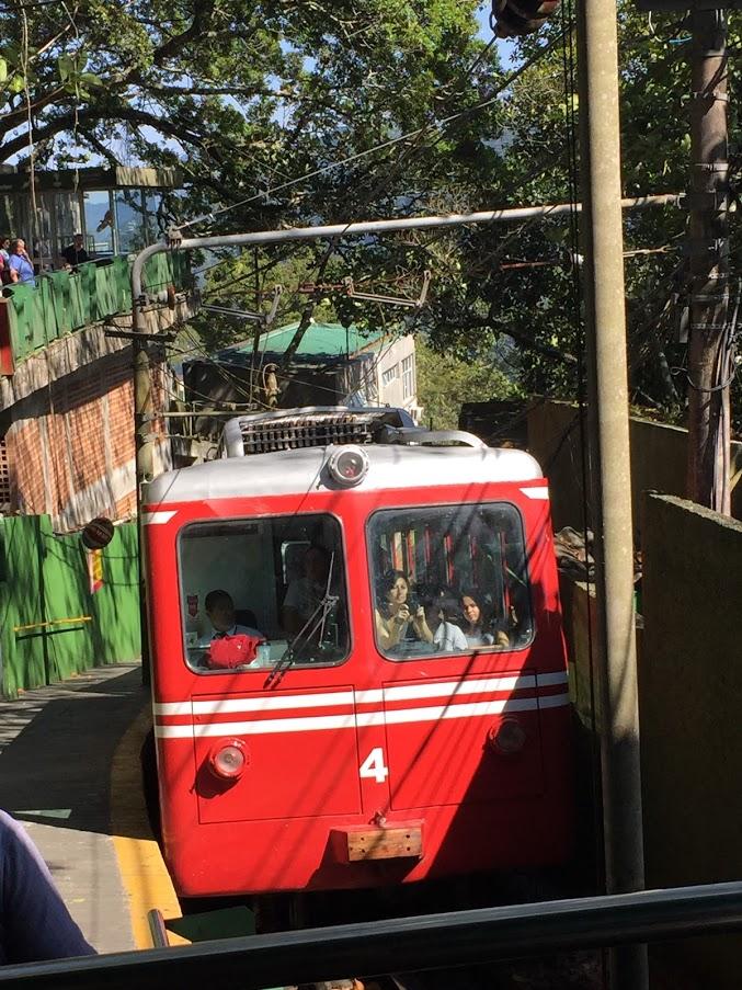 コルコバードの丘へとつづくトロッコ列車
