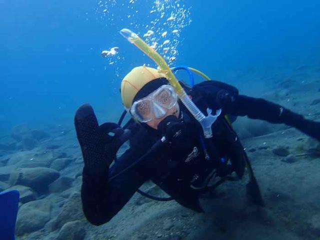 支笏湖内でのダイビング写真(本人OKのサイン)