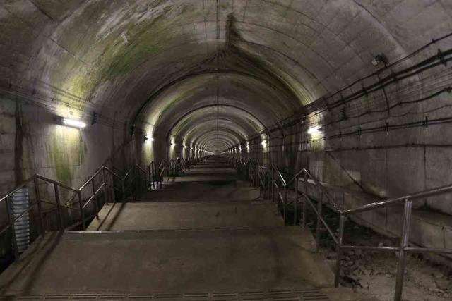 土合駅の下り線ホームに向かう階段(最上階からの撮影)