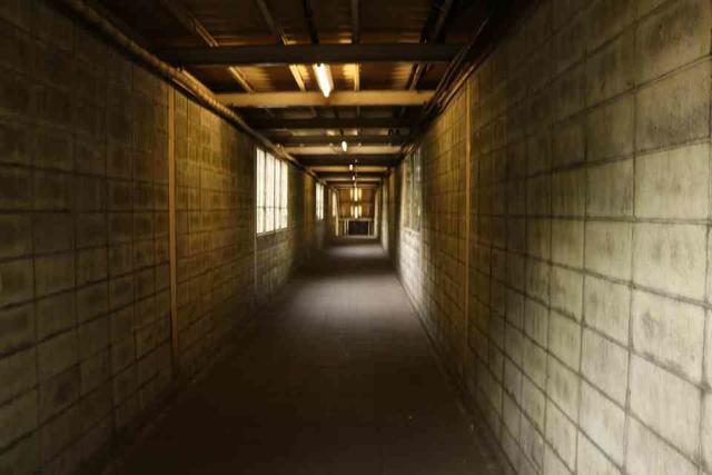 土合駅の下り線ホームに向かう地上通路