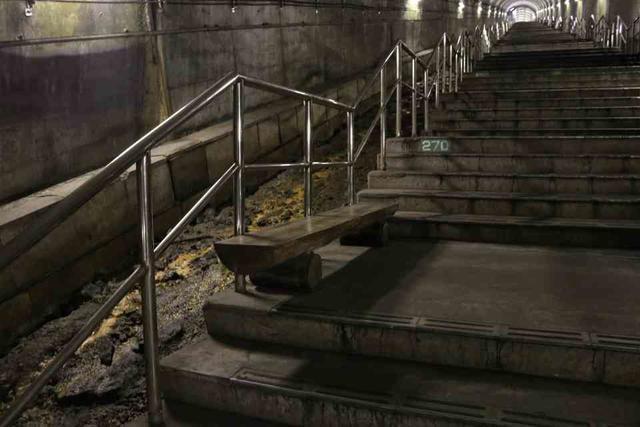土合駅の下り線ホームに向かう階段の途中にあるベンチ