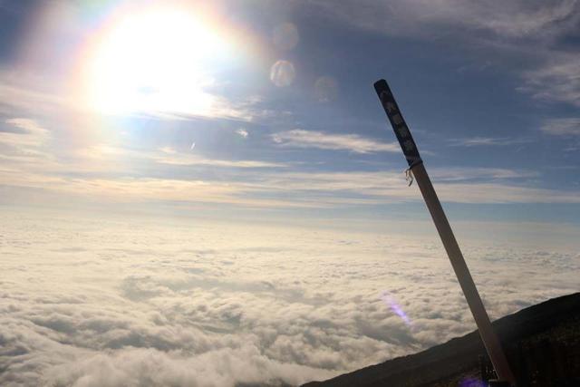 山頂付近で撮影、雲の大海原と杖