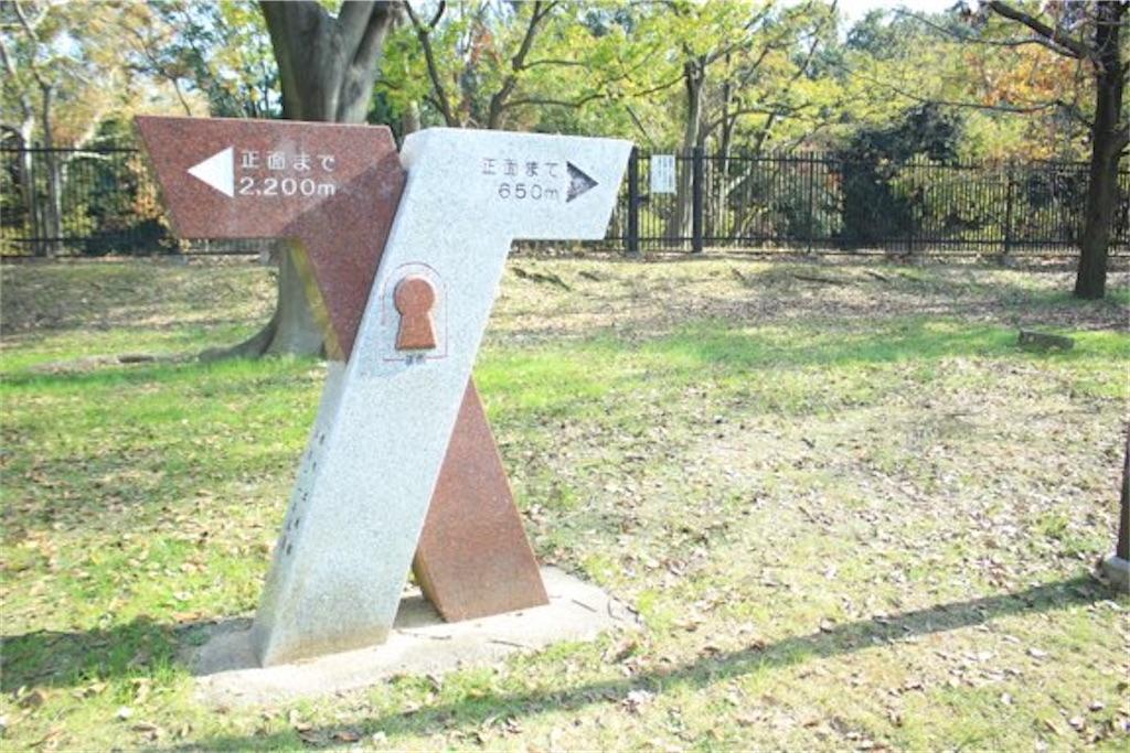 大仙陵古墳の周辺にあるオブジェ(距離を示している)
