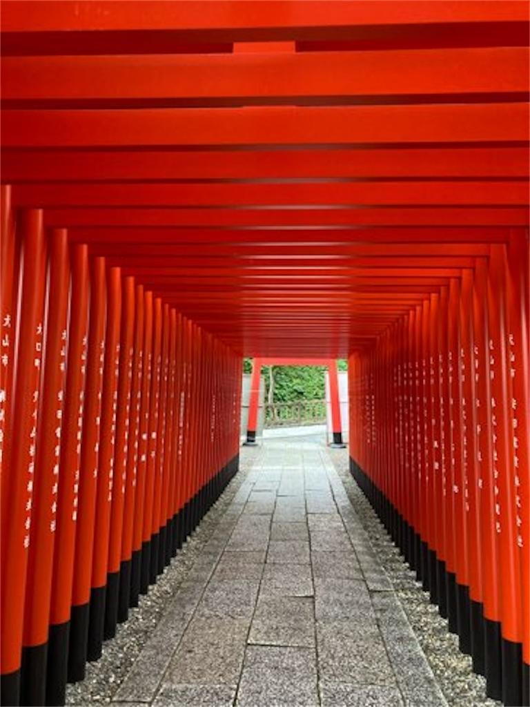 三光稲荷神社の拝殿脇の鳥居