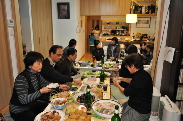 お料理も盛りだくさん。みんなで下準備。