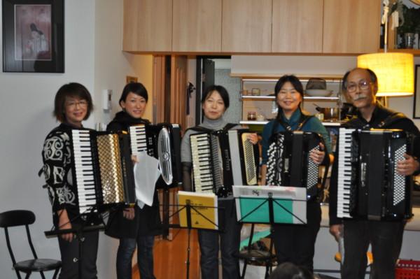 羽根木アコーディオンクラスのアンサンブルで演奏