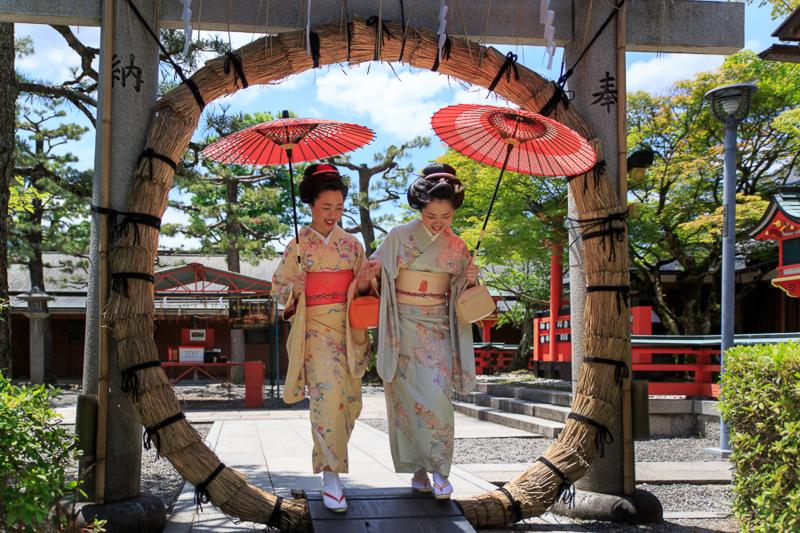 京都新聞写真コンテスト 舞妓と茅の輪くぐり