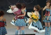 卒業コンサートでメンバーと抱き合う紺野あさ美(中央)=代々木第一