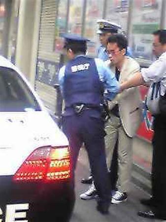 逮捕され、連行される秋葉原・連続通り魔事件の加藤智大容疑者=8日