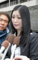 判決後、記者らの質問に涙を浮かべながら応じる小向美奈子被告=26日