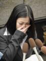 判決を受け東京地裁前で記者の質問に答える小向美奈子被告=26日午