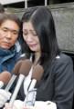 判決後、大勢の報道陣に囲まれ取材に応じる小向美奈子被告=26日午前