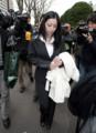 判決後、大勢の報道陣に囲まれる小向美奈子被告=26日午前 東京地裁
